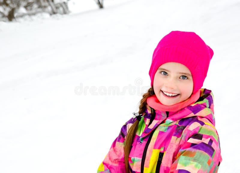 Ritratto del bambino sorridente tagliato della bambina nel giorno di inverno fotografie stock
