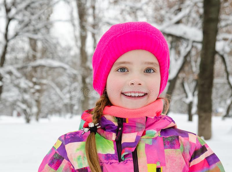 Ritratto del bambino sorridente tagliato della bambina nel giorno di inverno immagini stock libere da diritti