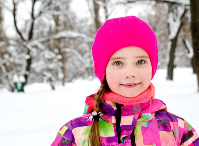 Ritratto del bambino sorridente tagliato della bambina nel giorno di inverno fotografia stock