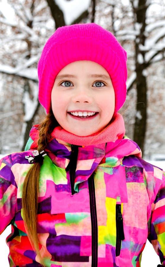 Ritratto del bambino sorridente tagliato della bambina nel giorno di inverno immagine stock libera da diritti