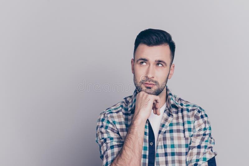 Ritratto del braccio attraente e premuroso della tenuta dell'uomo sul mento, havi immagini stock
