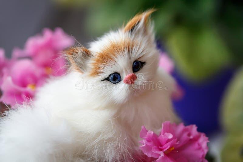 Ritratto del burattino, un gatto in fiori rosa, primo piano del giocattolo immagine stock