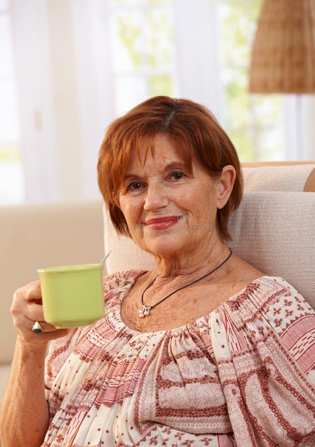 Ritratto del caffè bevente della donna senior fotografia stock