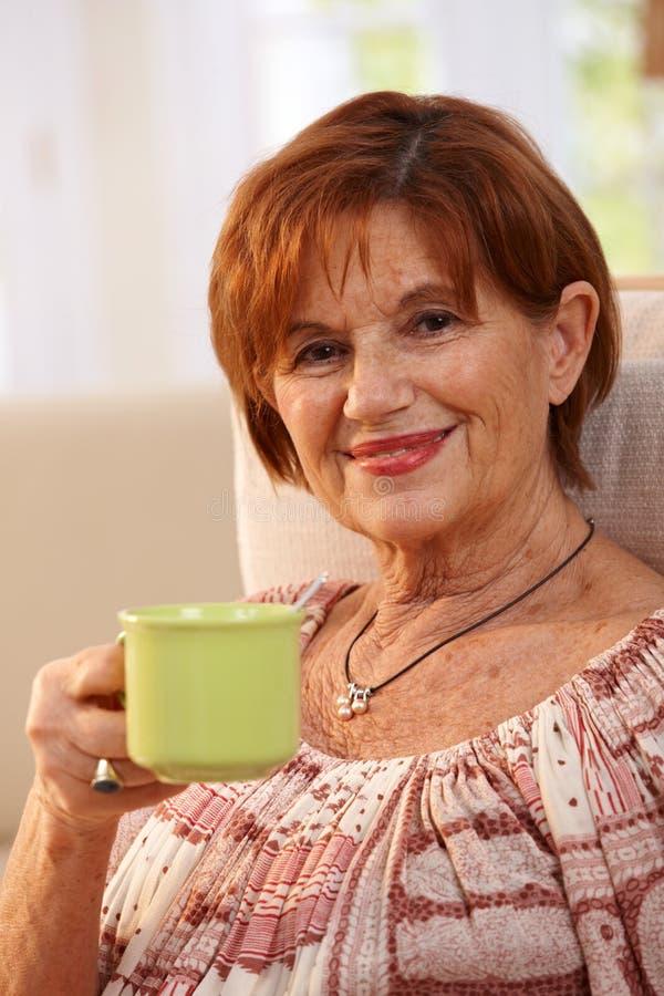 Ritratto del caffè bevente della donna senior fotografie stock