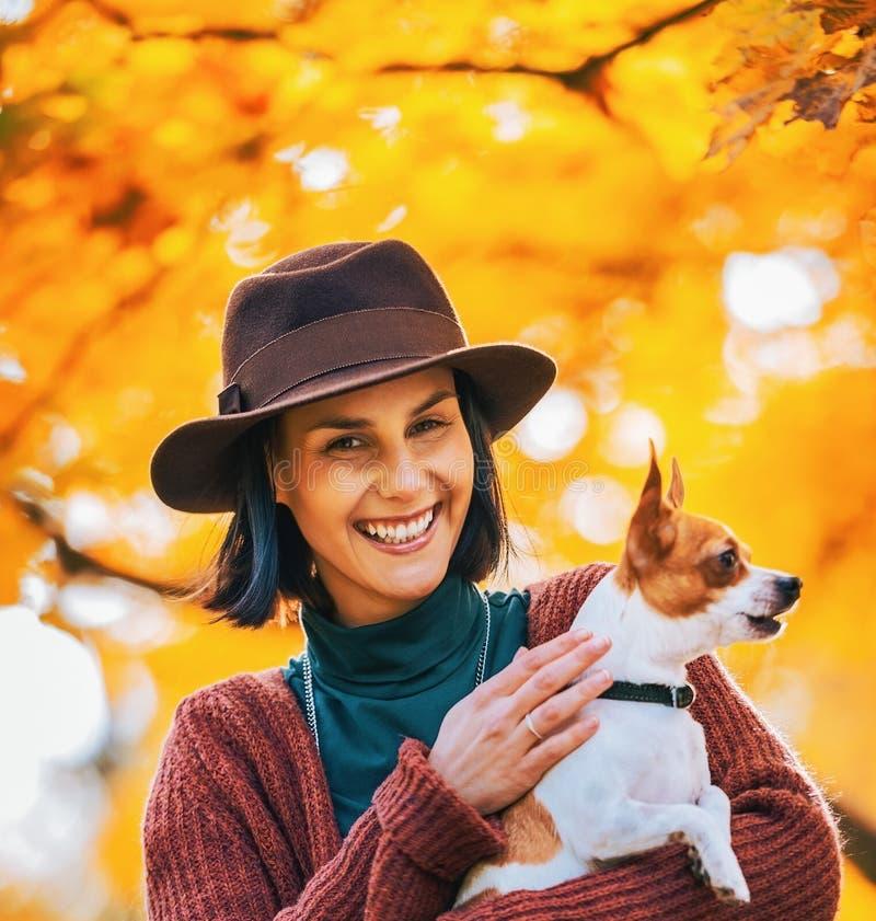 Ritratto del cane felice della donna all'aperto in autunno fotografia stock libera da diritti