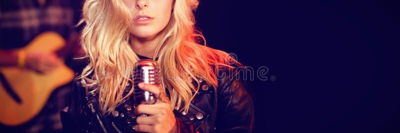Ritratto del cantante femminile con capelli biondi immagine stock libera da diritti