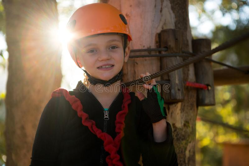 Ritratto del casco d'uso della bella bambina nella foresta fotografia stock libera da diritti
