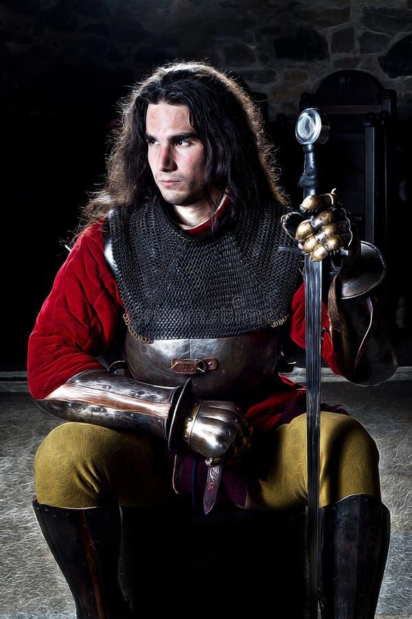 Ritratto del cavaliere coraggioso With Sword Against Stonewall immagine stock