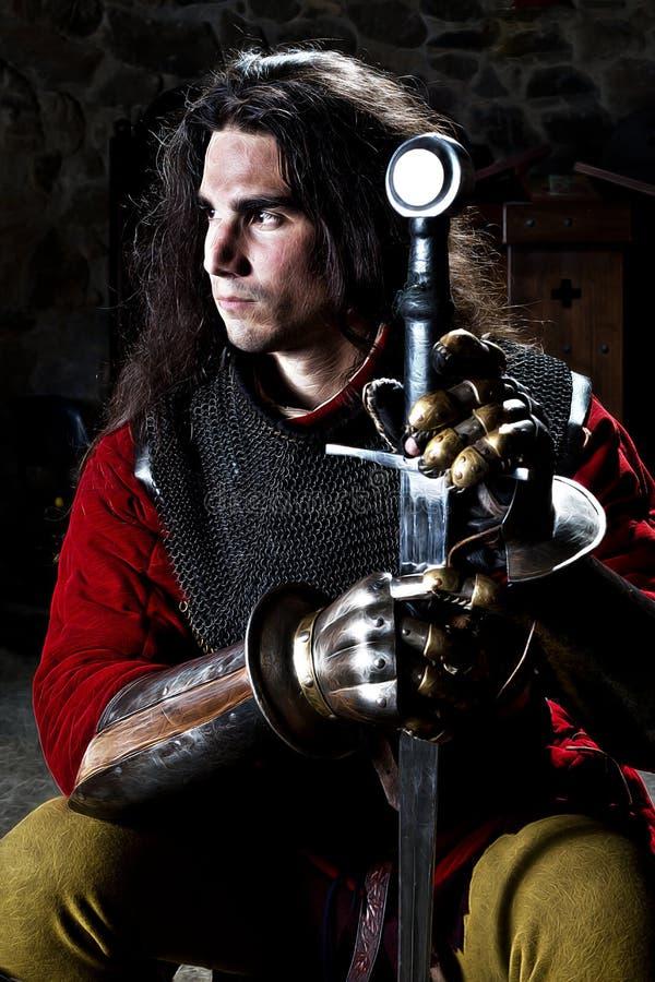 Ritratto del cavaliere coraggioso With Sword Against Stonewall immagini stock