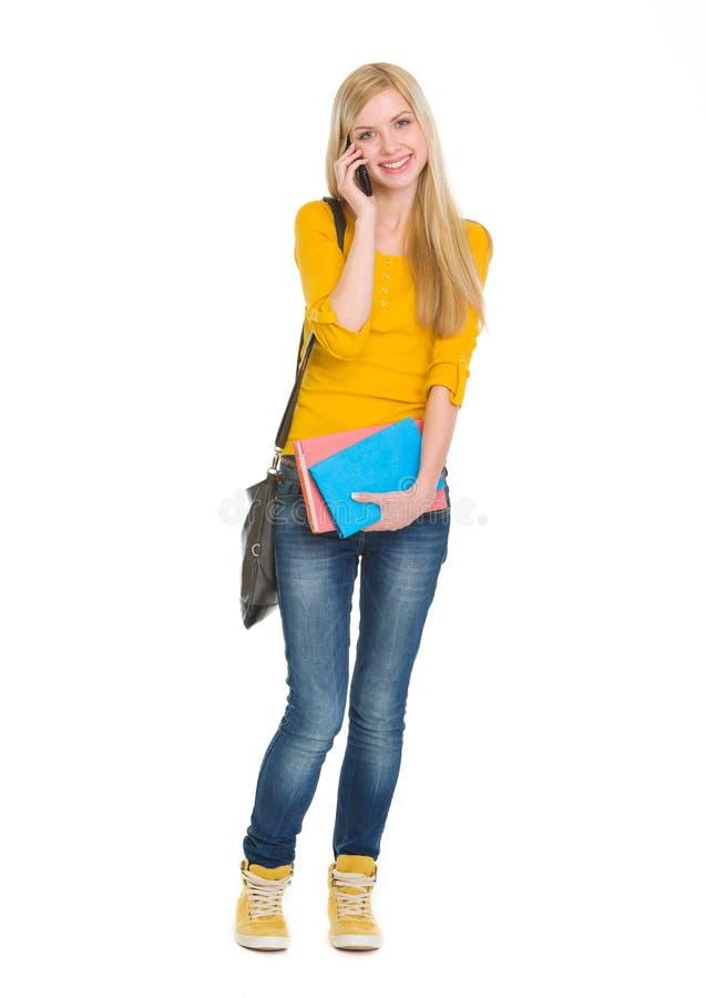 Ritratto del cellulare parlante della ragazza felice dello studente fotografia stock libera da diritti