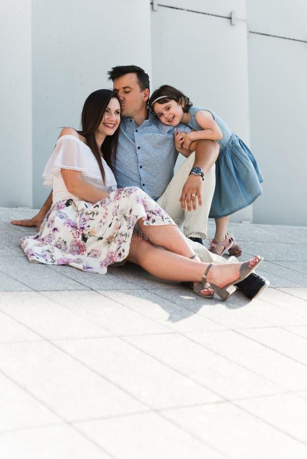 Ritratto del concetto 'nucleo familiare' di amore Sempre felice insieme immagini stock libere da diritti