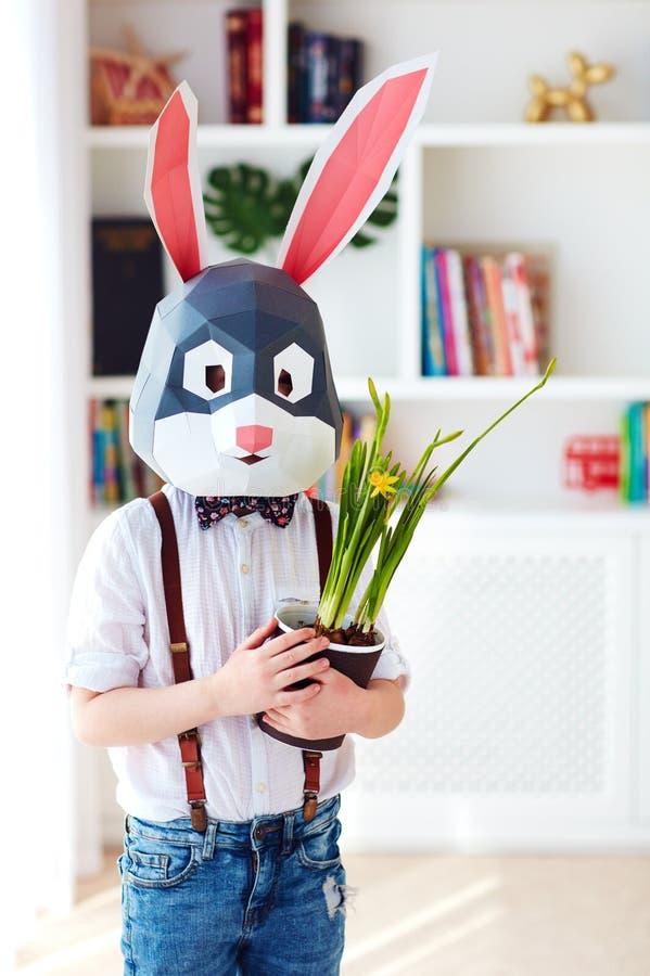 Ritratto del coniglio poligonale alla moda con i fiori conservati in vaso di una molla fresca, maschera poligonale di pasqua immagine stock libera da diritti