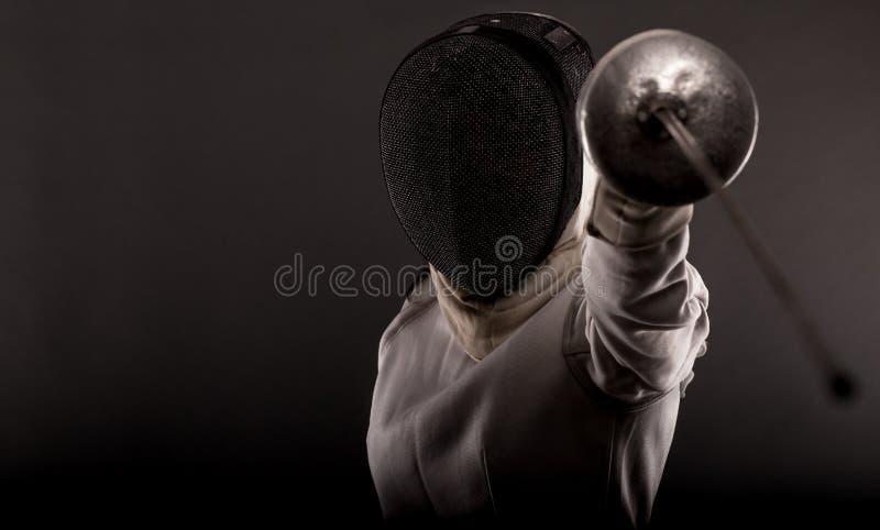 Ritratto del costume di recinzione bianco d'uso della donna fotografie stock libere da diritti