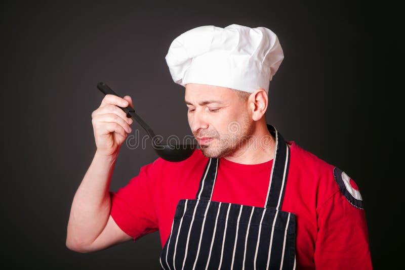 Ritratto del cuoco divertente con una siviera in sua mano immagine stock libera da diritti
