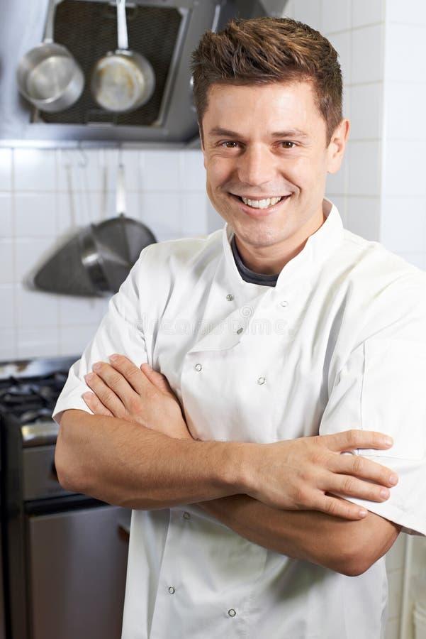 Ritratto del cuoco unico maschio Standing In Kitchen immagine stock