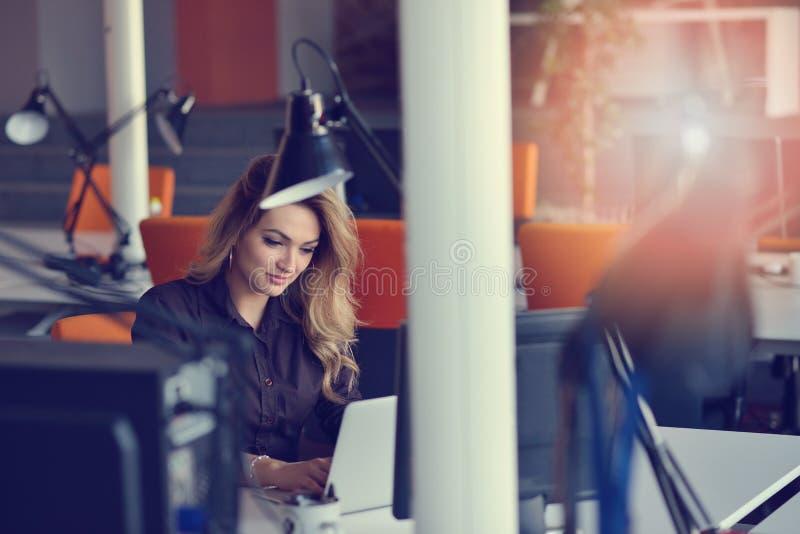 Ritratto del datore di lavoro allegro di impresa che gode del processo di lavoro creativo in ufficio moderno all'interno fotografie stock