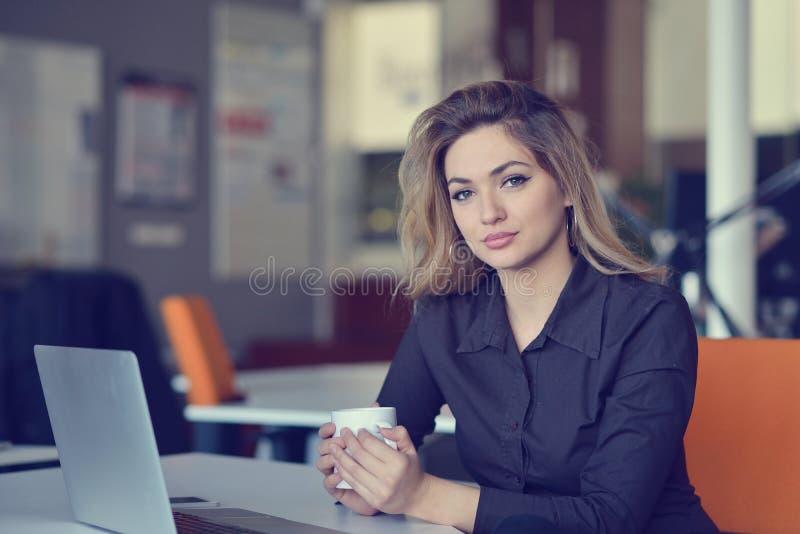 Ritratto del datore di lavoro allegro di impresa che gode del processo di lavoro creativo in ufficio moderno all'interno immagine stock