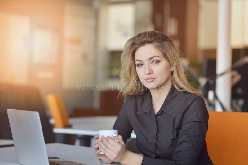 Ritratto del datore di lavoro allegro di impresa che gode del processo di lavoro creativo in ufficio moderno all'interno immagine stock libera da diritti