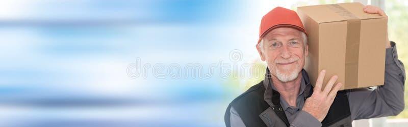 Ritratto del deliverer senior sorridente immagini stock