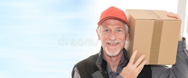 Ritratto del deliverer senior sorridente fotografia stock libera da diritti