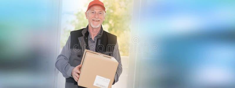 Ritratto del deliverer senior sorridente fotografie stock libere da diritti