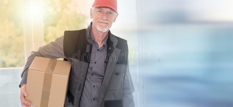 Ritratto del deliverer senior sorridente fotografia stock