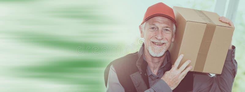 Ritratto del deliverer senior sorridente immagine stock