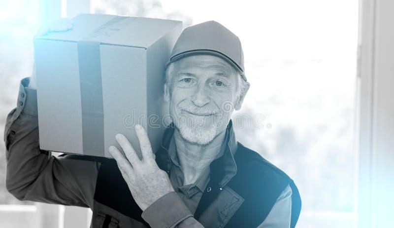 Ritratto del deliverer senior sorridente; in bianco e nero fotografia stock libera da diritti
