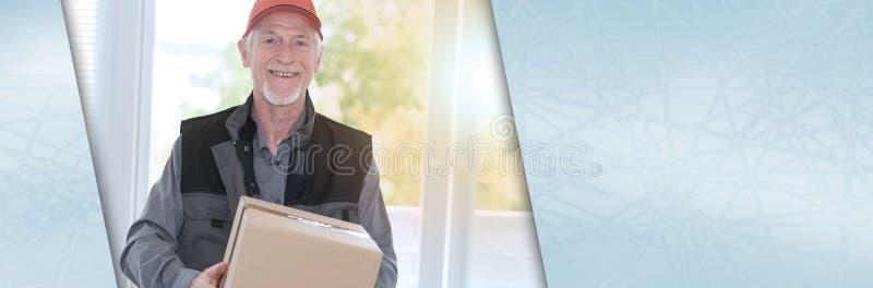 Ritratto del deliverer senior sorridente, effet leggero Bandiera panoramica fotografia stock libera da diritti