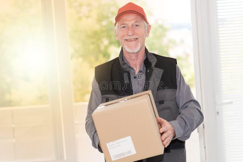 Ritratto del deliverer senior sorridente, effetto della luce fotografie stock