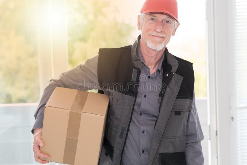 Ritratto del deliverer senior sorridente, effetto della luce fotografia stock