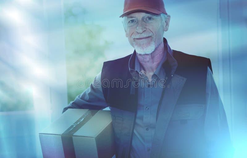 Ritratto del deliverer senior sorridente; effetto della luce fotografia stock