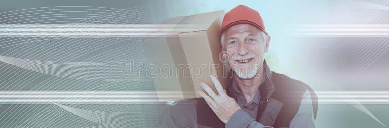 Ritratto del deliverer senior sorridente; insegna panoramica immagini stock libere da diritti