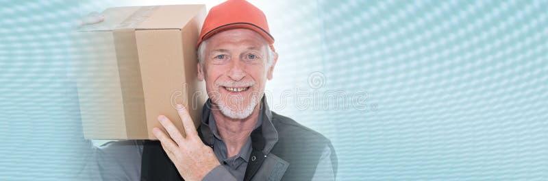 Ritratto del deliverer senior sorridente; insegna panoramica fotografie stock libere da diritti