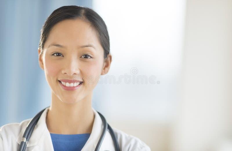 Ritratto del dottore femminile Smiling In Clinic fotografia stock libera da diritti