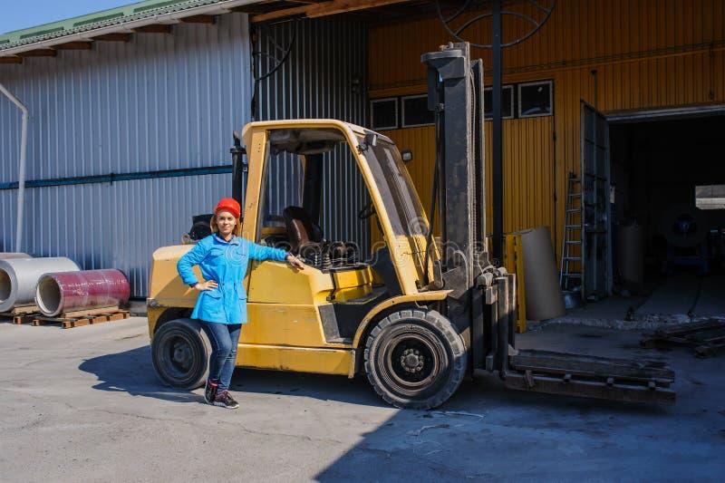 Ritratto del driver di carrello elevatore femminile In Factory fotografia stock