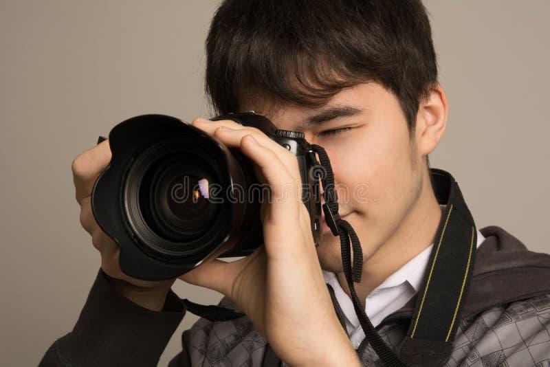 Ritratto del fotografo che usando macchina fotografica professionale fotografie stock libere da diritti