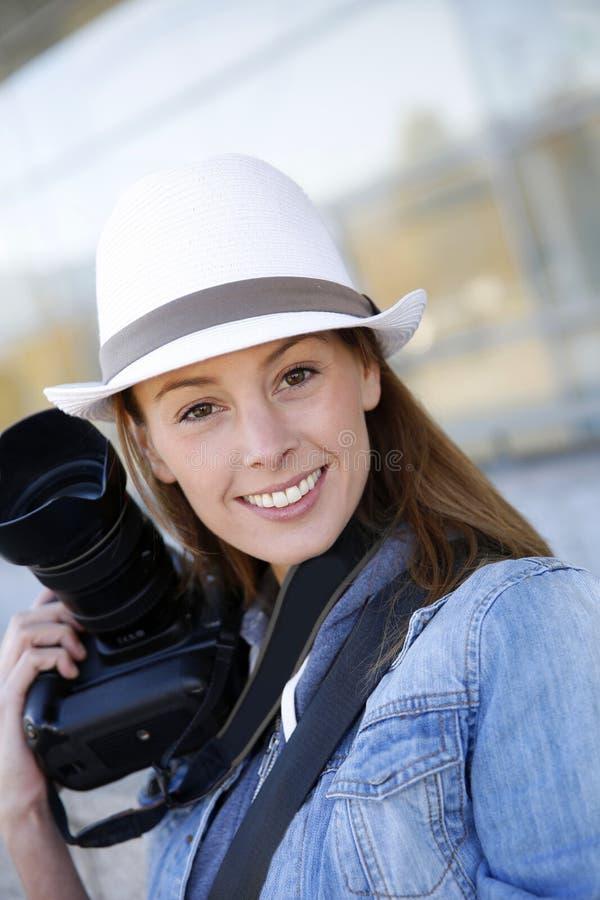 Ritratto del fotografo della donna all'aperto immagini stock libere da diritti