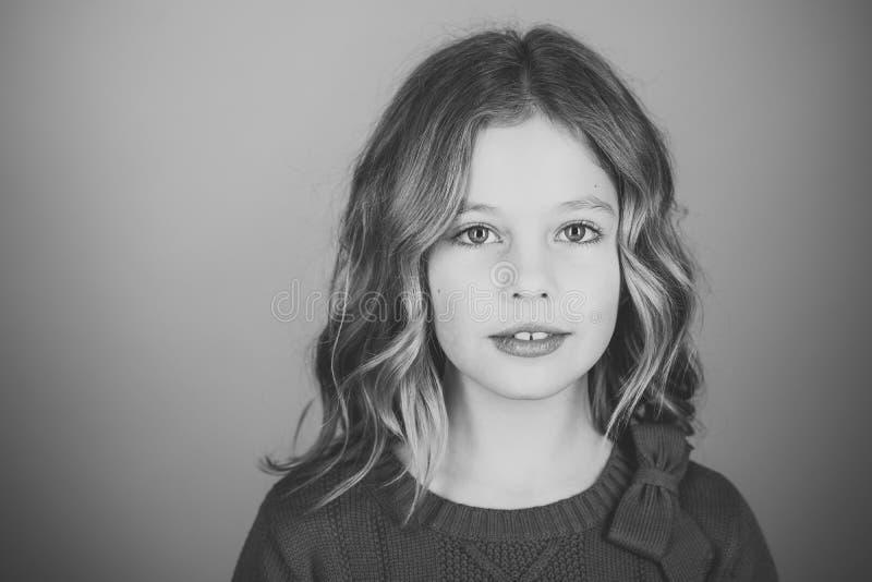 Ritratto del fronte della bambina nel vostro advertisnent Parrucchiere, skincare, stile casuale, denim Bambina con capelli lunghi fotografie stock libere da diritti