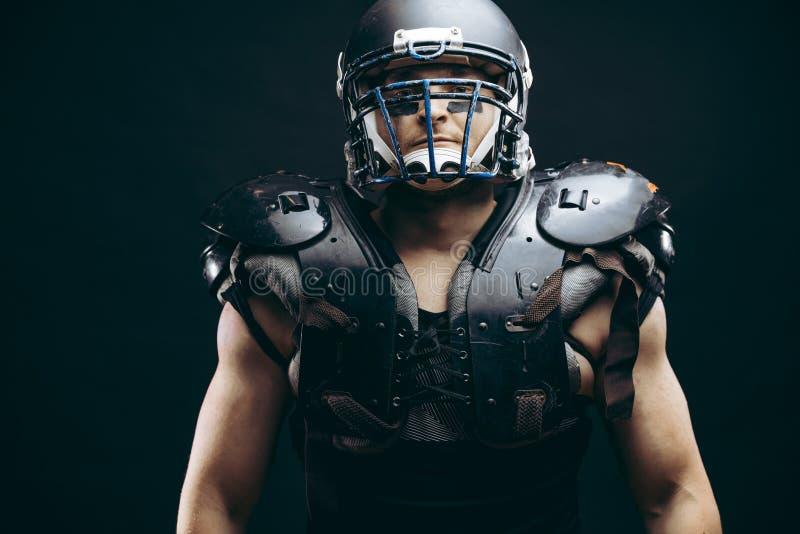 Ritratto del giocatore di football americano in schermi protettivi sul torso nudo immagine stock
