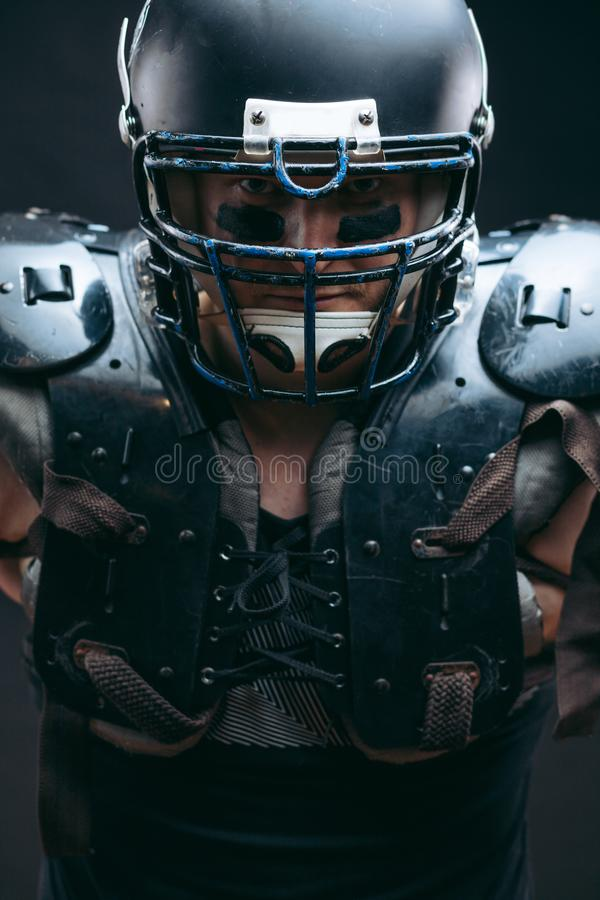 Ritratto del giocatore di football americano in schermi protettivi sul torso nudo fotografie stock libere da diritti