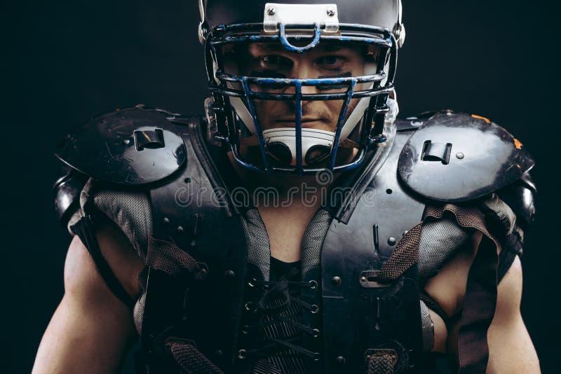 Ritratto del giocatore di football americano in schermi protettivi sul torso nudo fotografia stock libera da diritti