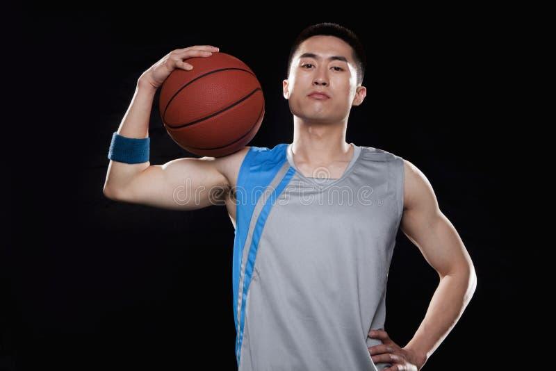 Ritratto del giocatore di pallacanestro, fondo nero fotografie stock libere da diritti