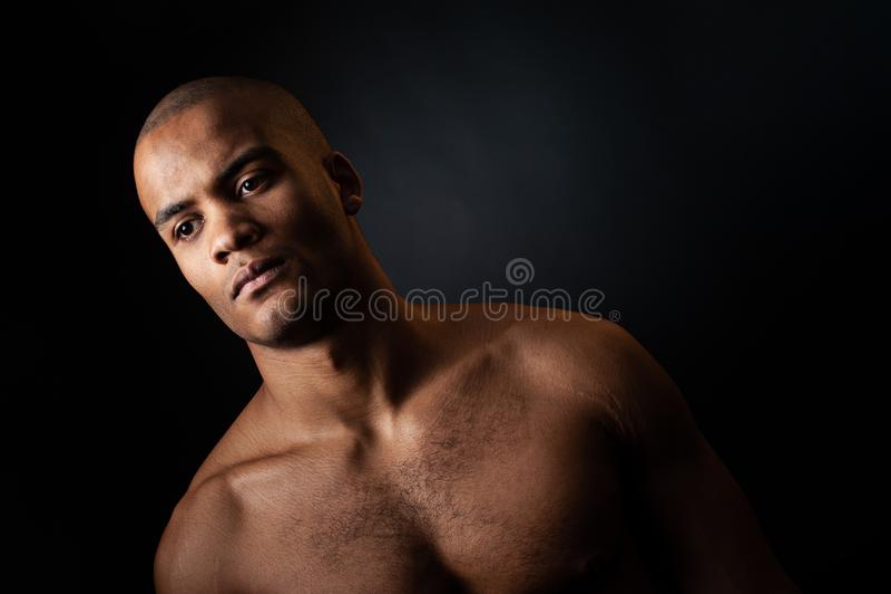 Ritratto del giocatore di pallacanestro maschio afroamericano con una palla fotografie stock