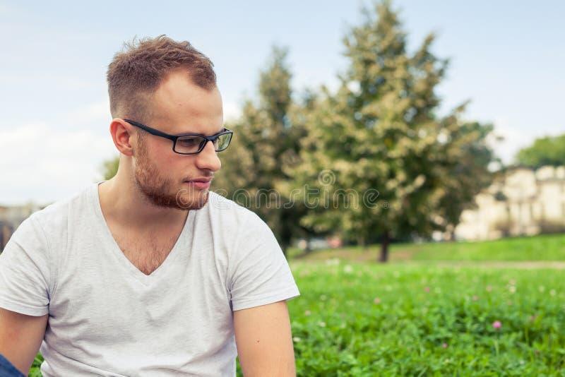 Ritratto del giovane barbuto Uomo caucasico triste su estate soleggiata fotografie stock