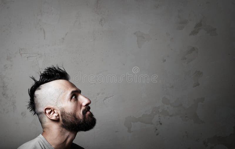 Ritratto del giovane bello che porta maglietta grigia fotografie stock libere da diritti