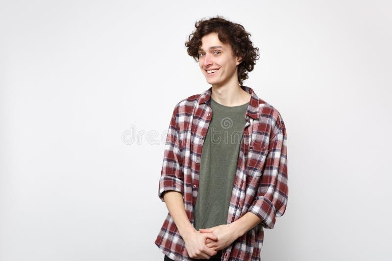 Ritratto del giovane bello sorridente allegro in abbigliamento casual che sta e che guarda macchina fotografica isolata sulla par fotografia stock