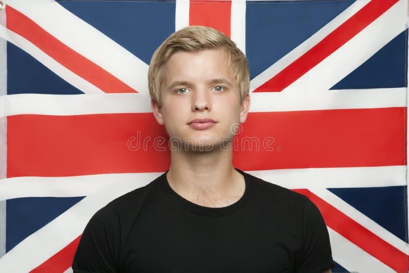 Ritratto del giovane contro la bandiera di Britannici fotografia stock libera da diritti