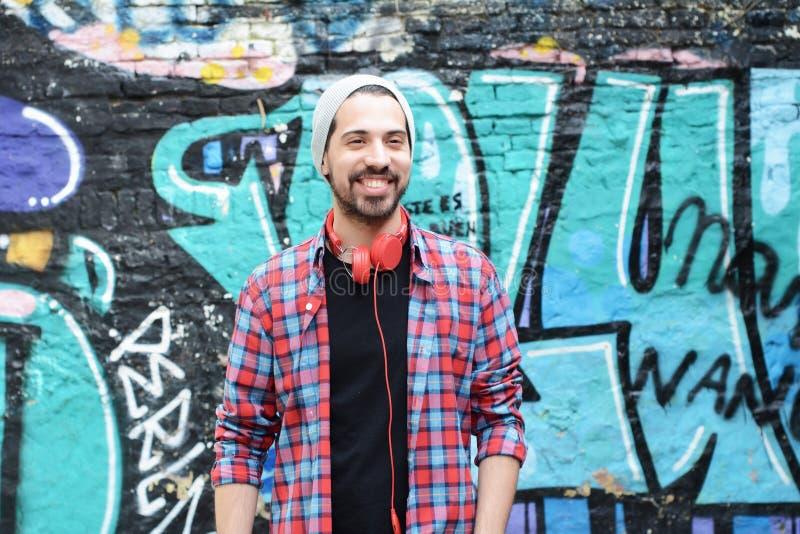 Ritratto del giovane contro la parete variopinta fotografie stock