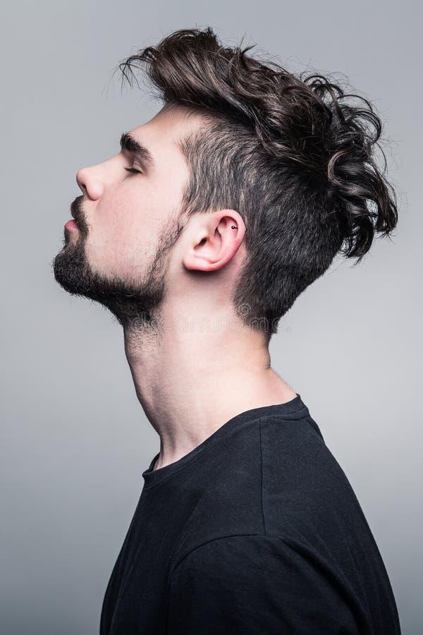 Ritratto del giovane in maglietta nera immagini stock